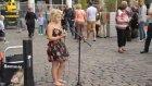 Londra Sokaklarında Şarkı Söyleyen Kız