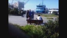 Kadiköyde Karadeniz Türküsü Söyleyen Gençler