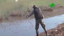 Zıpkınla Değil Okla Balık Avlıyor!