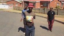 Afrikalı Gençlerin Sokak Eğlencesi