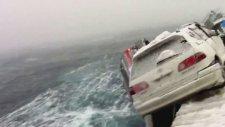 Fırtınada gemiden denize düşen 2.el arabalar
