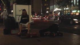 Ayaklarıyla Gitar Çalan Kolsuz Sokak Müzisyeni