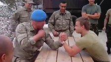 Hollandalı Askerin Bileğini Büken Türk Komandosu