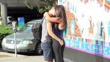 Kızlara göz kırptırarak öpüşüyor