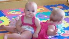 Komik İkizler Kardeşini Dövüyor
