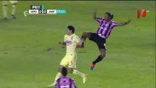 Ronaldinho, rakibinin suratına tekme attı