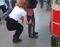 Taksim'de Eşofman İndiren Çılgın Kızlar