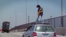 Giden Araba Üstünde Gitar Çalmak - Freddie Wong
