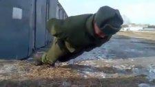 Ellerini Kullanmadan Şınav Çeken Rus Askeri