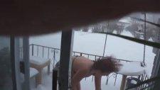 Soğuğa Bikiniyle Kafa Atan Kadın