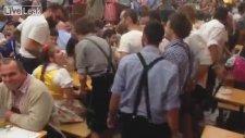 Oktoberfest'te Erkeklere Yumruk Atıp Isıran Çılgın Kız