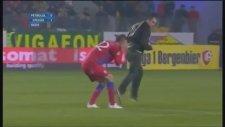 Sahaya Girip Futbolcuya Saldıran Taraftar