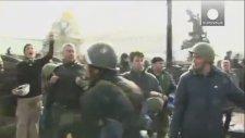 Ukrayna'da Göstericilere Katılan Polisler