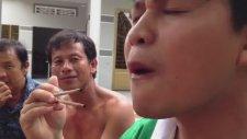 Canlı Larva Yiyen Çinliler