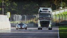 Koenigsegg One:1 ile Kamyon karşı karşıya
