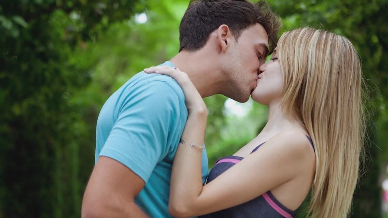 Фото мужики целуются из девушки 6 фотография