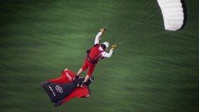 Wingsuit Yapan Adamı Uçan Halı Gibi Kullanan Paraşütçü