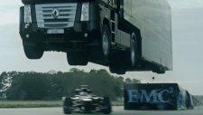 Formula 1 Aracının Üstünden Atlayan TIR