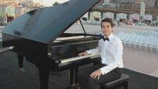 Enstrümantal Caddelerde Ruzgar Fon Müzikleri Melodik Çok Uzaklarda Piyano Piyanist Keman Şarkısı Söz