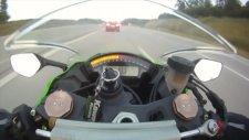 Motosikletle 300 km hızla giderken Audi RS6'ya yol vermek