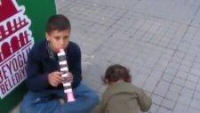 İstiklal'de Müzisyen Roman Çocuktan Para Üstü Almak