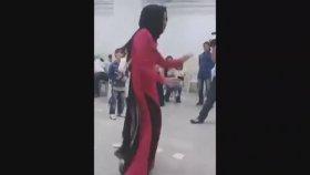 Düğünde Çılgınca Dans Eden Tesettürlü Kız