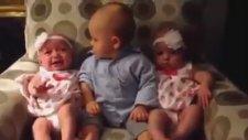 İkizlerin Arasında Ne Yapacağını Şaşıran Sevimli Bebek..