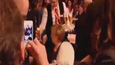 Şansölyeye Bira Banyosu Yaptırmak - Angela Merkel