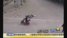 Motorsiklete Çarpıp Sürücüsünü Yaralayarak Kaçan Köpek
