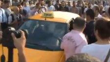 Taksim Meydanı'nda Taksiciye Linç Girişimi