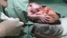 Annesinden Ayrılmak İstemeyen Yeni Doğmuş Bebek