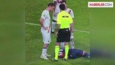 Totti, Yerde Yatan Futbolcuyu Tekmeledi