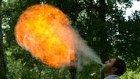 Ağır Çekimde Ağzından Ateş Püskürten Adam