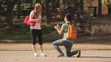 Rastgele Kızlara Evlenme Teklifi Etmek