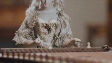 David Roentgen'in Kraliçe Marie Antoinette'in Robotu -Santur Çalgıcısı Eserinin Gösterimi