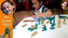 Plastik Asker Oyuncaklar ve Dinazorlar ile Oynayan Bir Küçük Adam - Oyuncaklarım 2014