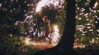 Ormanın Karanlığını Elindeki Işıklı Sopalarla Aydınlatan Kadın