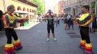 Yoldan Geçen İnsanları Limbo Oynama Bahanesiyle Trollemek