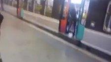 Metroyu Bekleten Kadına Tepki Göstermek