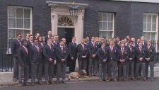 Fotoğraf Çekilirken Başbakan'a Tavşan Kulağı Yapmak