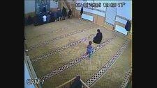 Küçük Afacanın Camide Yaptığına Bak!