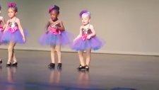 Küçük Kızın Koreografinin Dışında Hunharca Dans Edişi