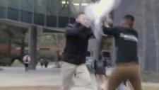 Yoldan Geçenlerle Yastık Savaşı Yaparken Polise Takılmak