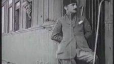 Enver Paşa'nın Arkasında Şebeklik Yapan Çocuk