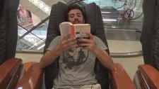 Masaj Koltuğu Eşliğinde Kitap Okumak  - Parodi