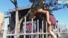 Genç Kızın Şortu Demirlere Takılınca