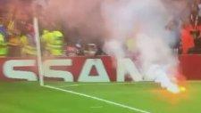 Emirates'te Sahaya Meşale Atan Galatasaray Taraftarı
