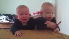 İkiz Bebeklerin Komik Kavgası