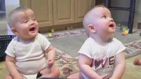 İkiz Bebeklerin Hapşırma Halleri