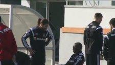Olcay Şahan Demba Ba'nın elini öptü